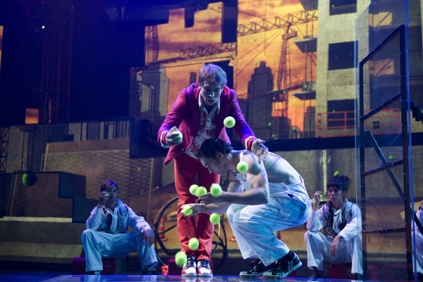 wCirqueEloize_ID_Juggling-1435331781 (600x400)